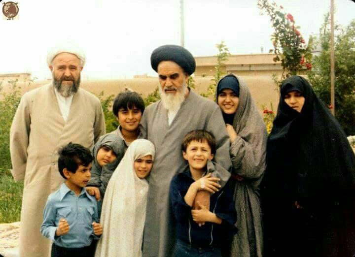 امام خمینی در کنار نوه ها و فرزندان