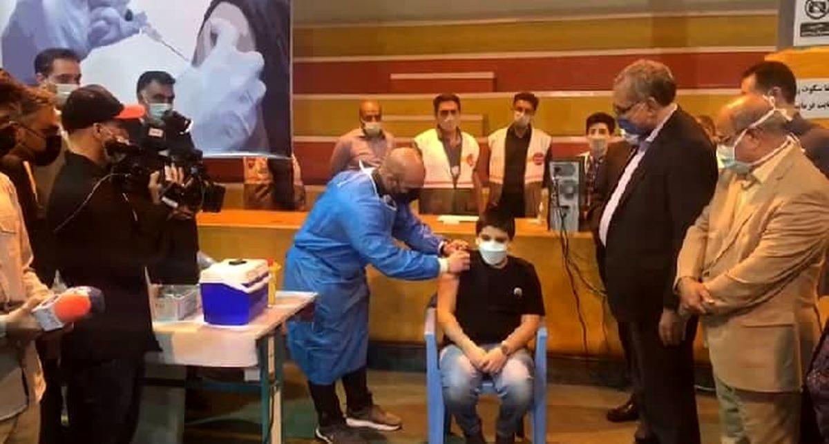 نوه ۱۲ ساله آقای وزیر واکسن زد + عکس