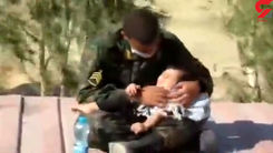 رفتار محبت آمیز این پلیس با کودک گرمازده جهانی شد! / در مرز مهران چه گذشت؟!